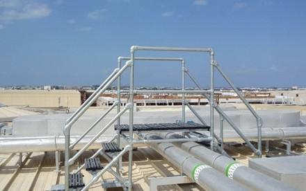 安装于马斯喀特市中心屋顶的过桥梯