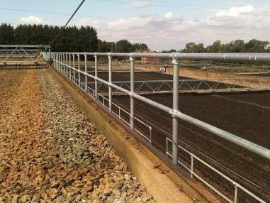 延绵一公里的污水处理设施安全护栏