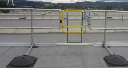 配有自闭式安全门的自立式屋顶护栏